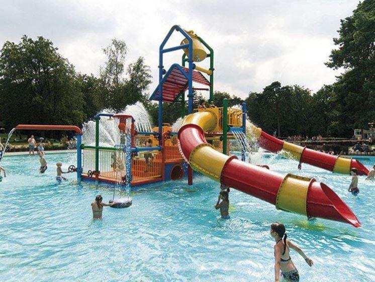 Buitenzwembad Boschbad in Apeldoorn (Gelderland)